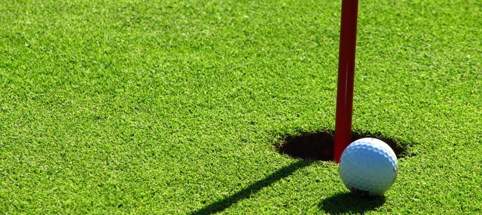 Golfball an Fahne